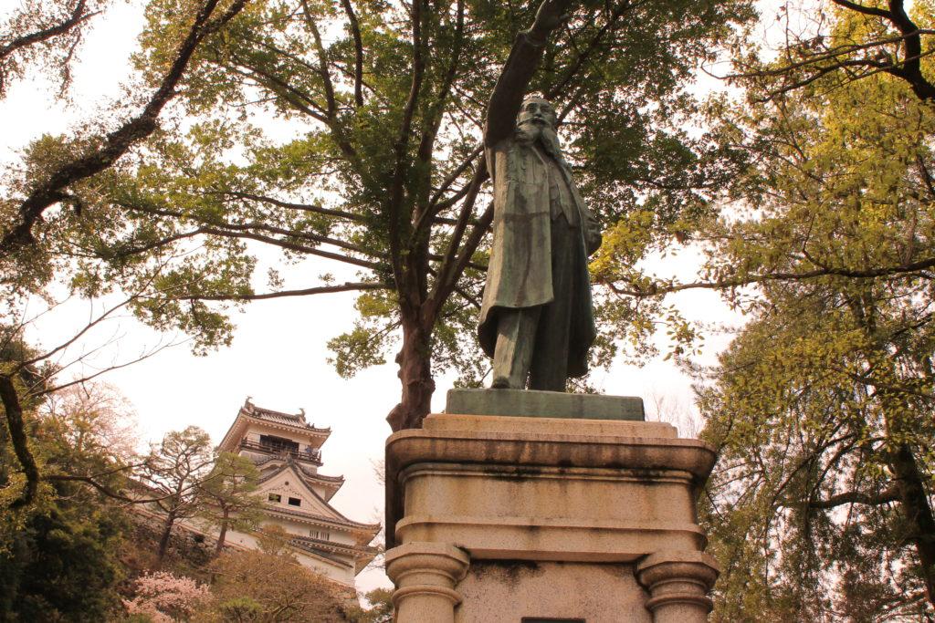 高知城の板垣退助の銅像