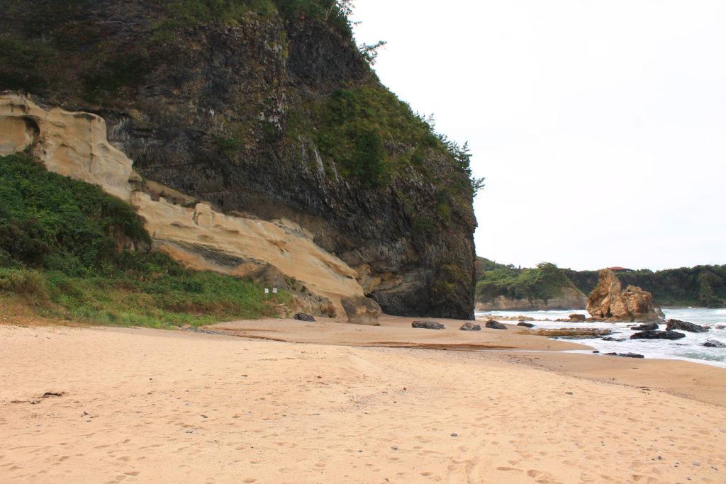 地方紙を買う女ロケ地:琴ヶ浜