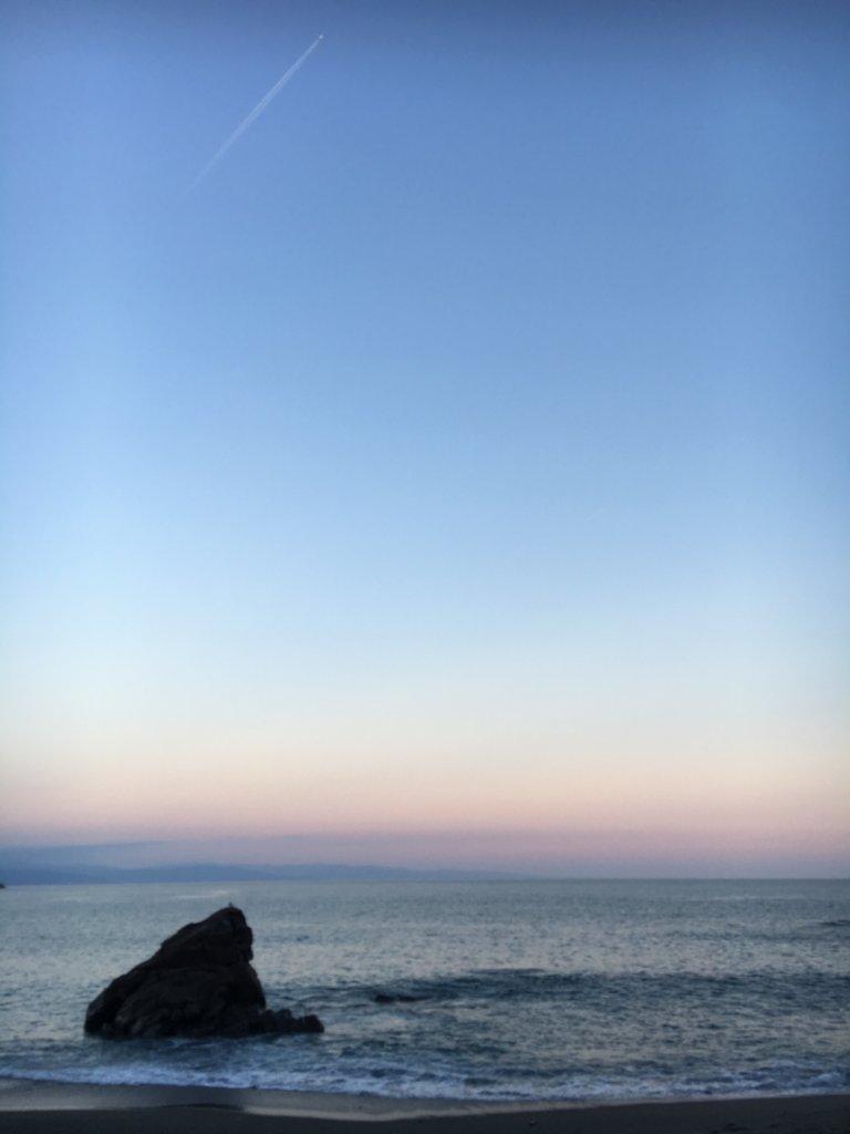 飛行機雲と桂浜
