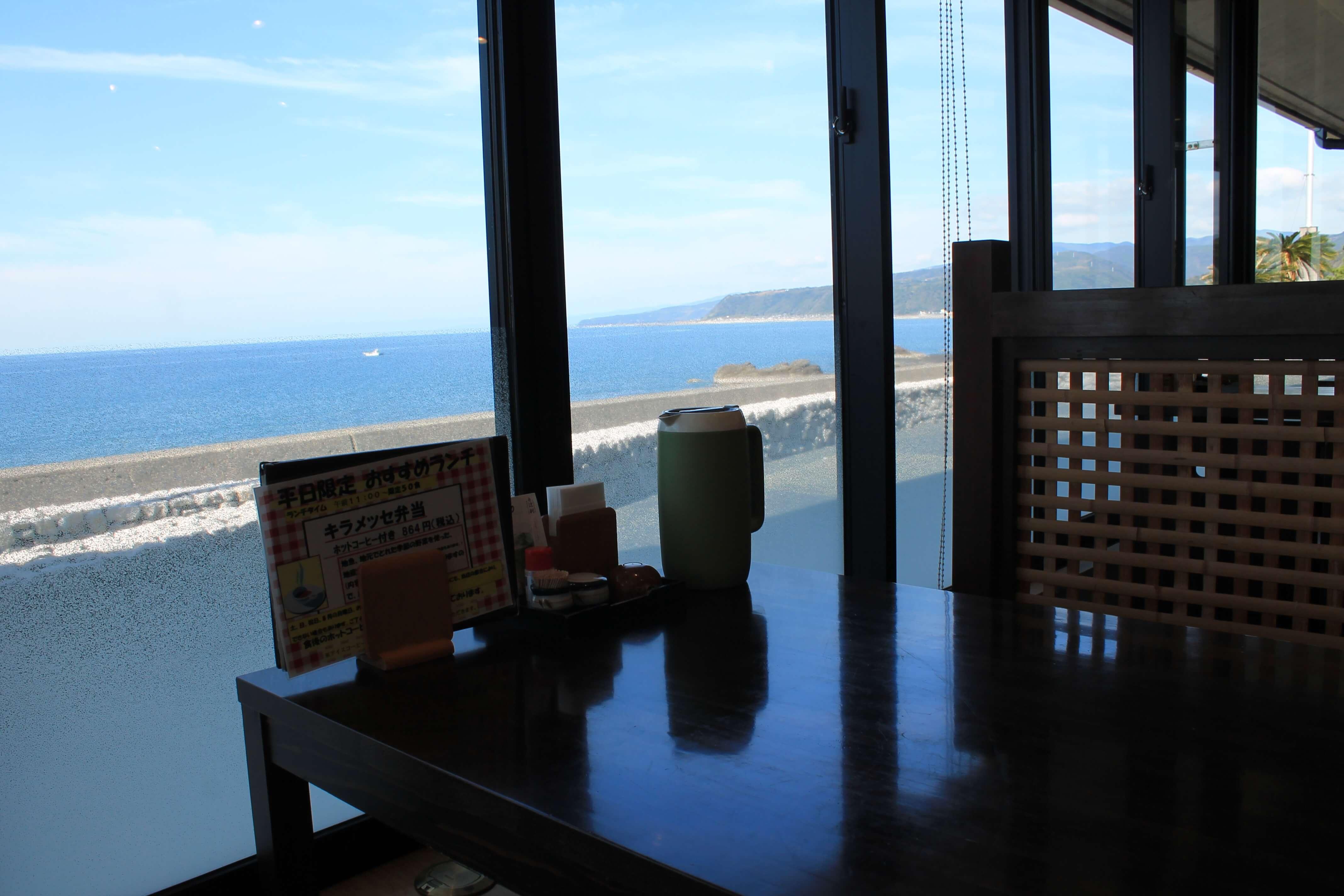 食遊鯨の郷:窓際の席