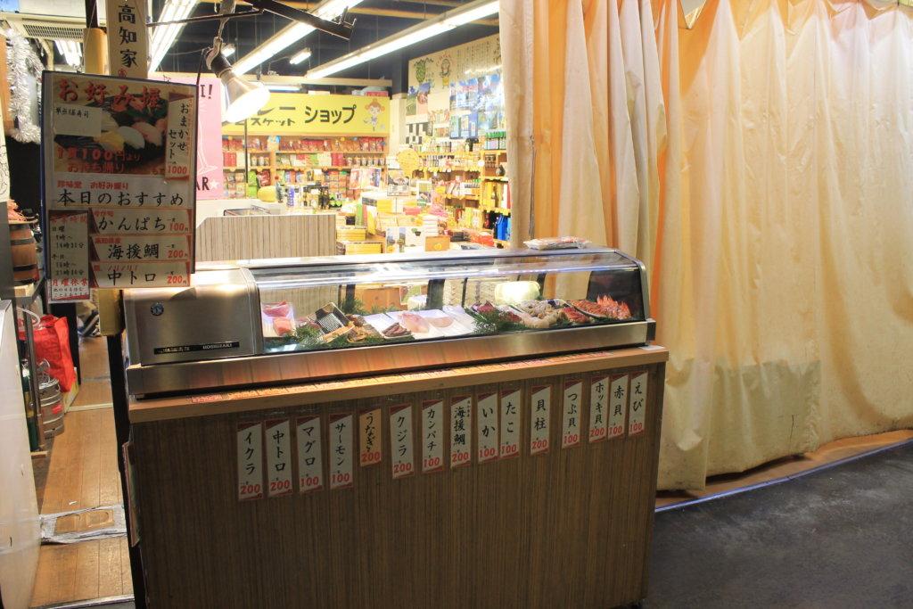 目の前で握ってくれる100円寿司売場