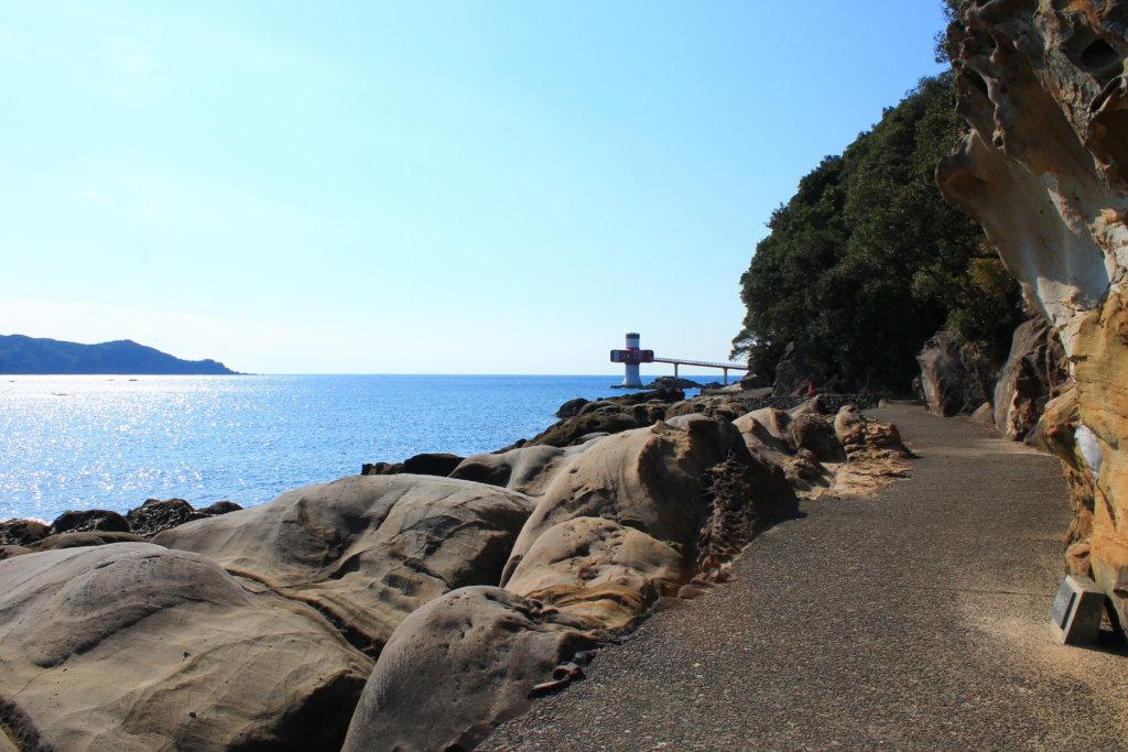 足摺海底館と奇岩の風景