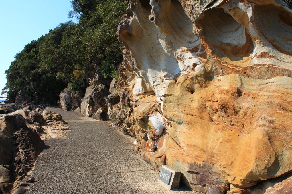 足摺海底館までの道の奇岩