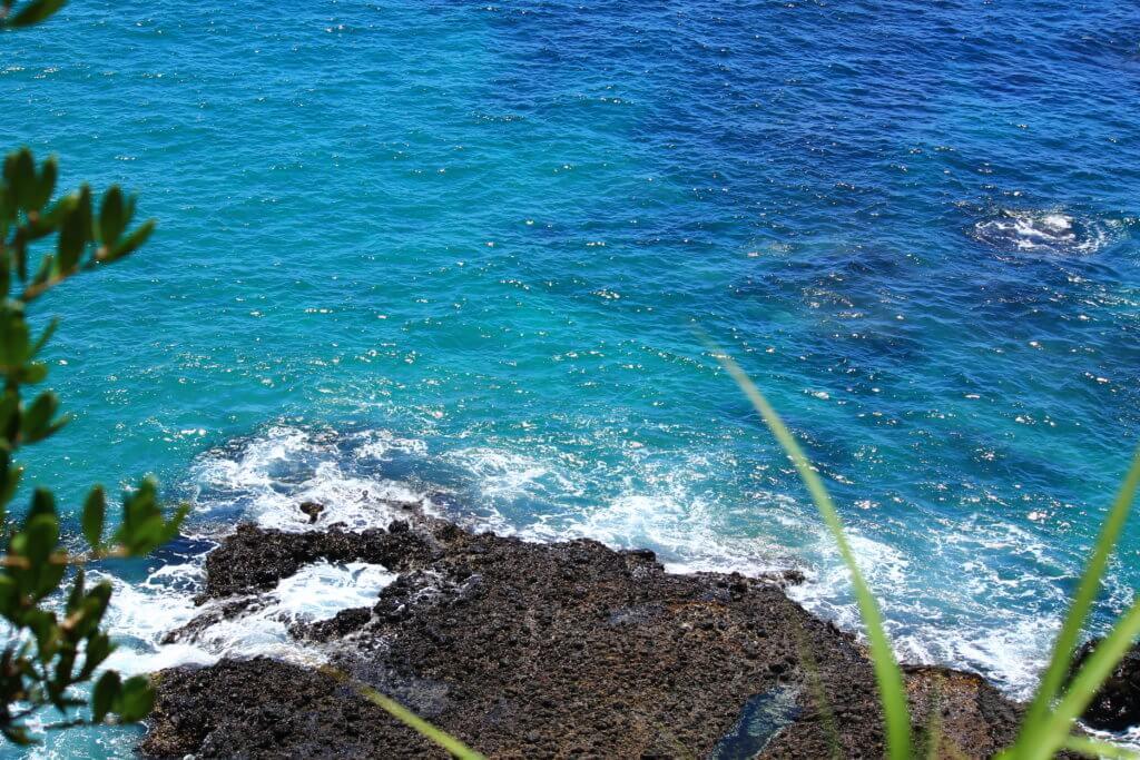 龍宮窟から見るエメラルドグリーンの海