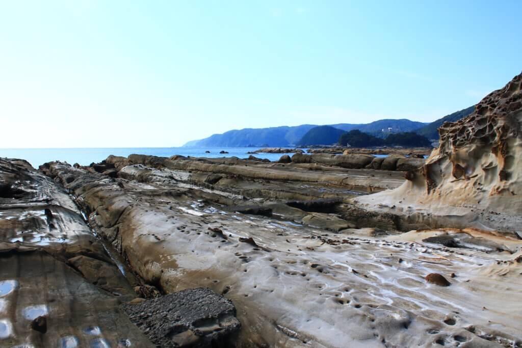 竜串の奇岩と海
