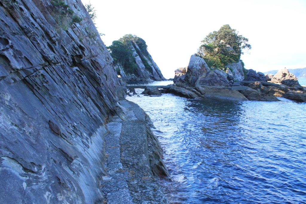 竜串見残し海岸の細い道