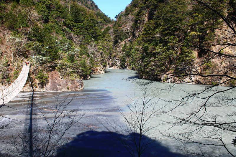 ダムの水がない夢の吊橋