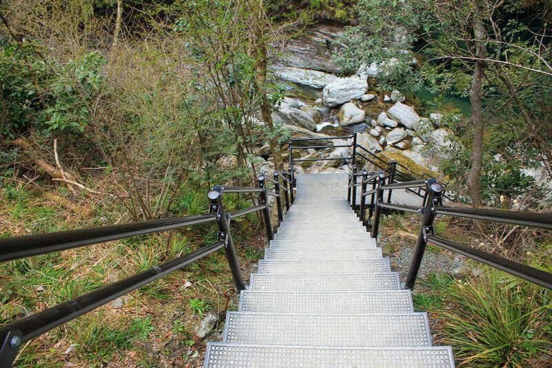 にこ淵への整備された階段