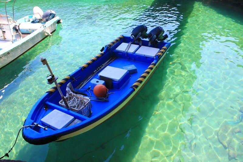 高知県土佐清水市の松尾漁港で浮かぶ船