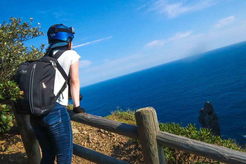 柏島の観音岩を見る人