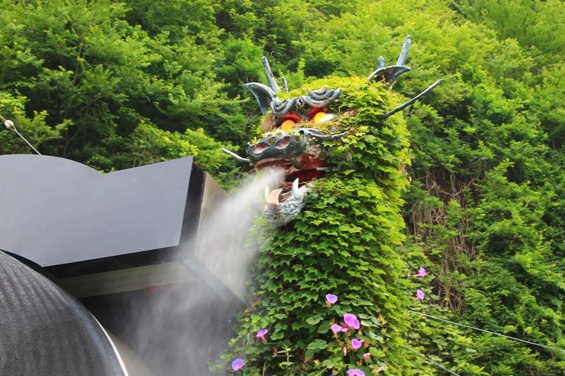 蒸気を出す竜ヶ岩洞の竜