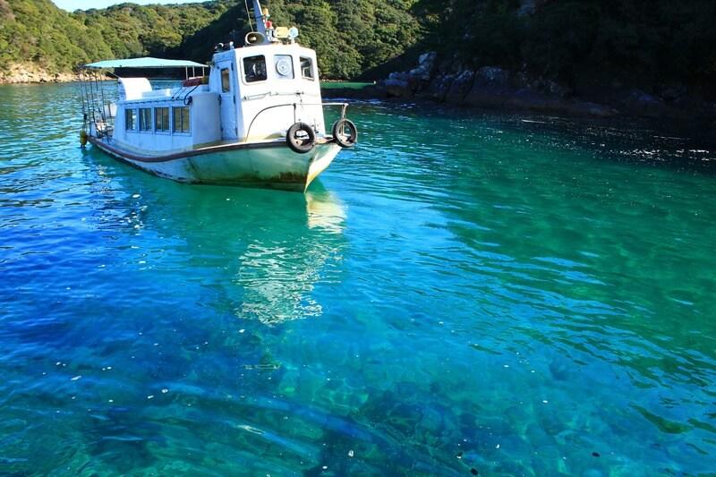 竜串見残し海岸の美しい海、浮かぶ船